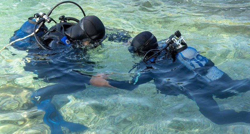 refresco de buceo en el mar