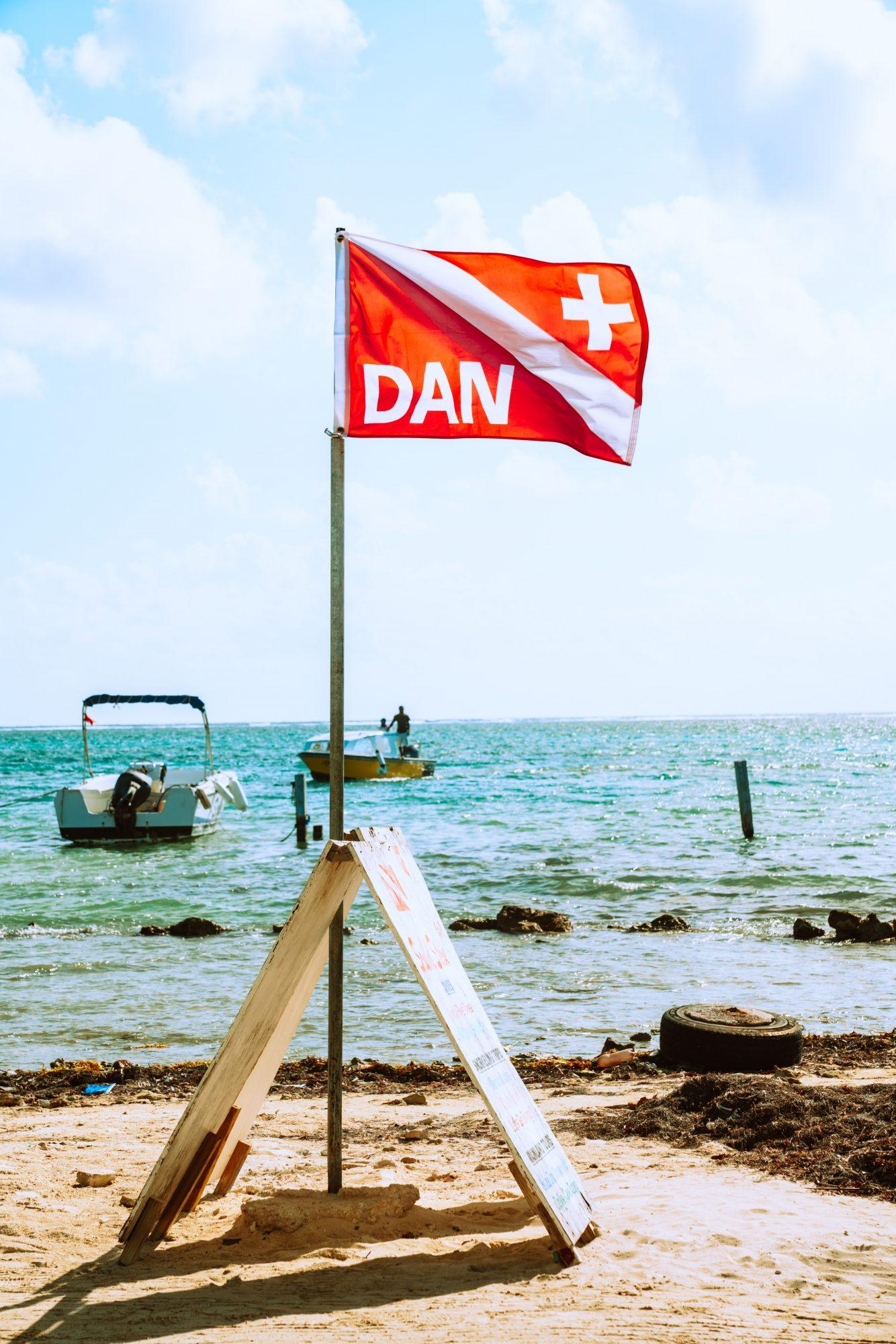 seguro de buceo bandera DAN